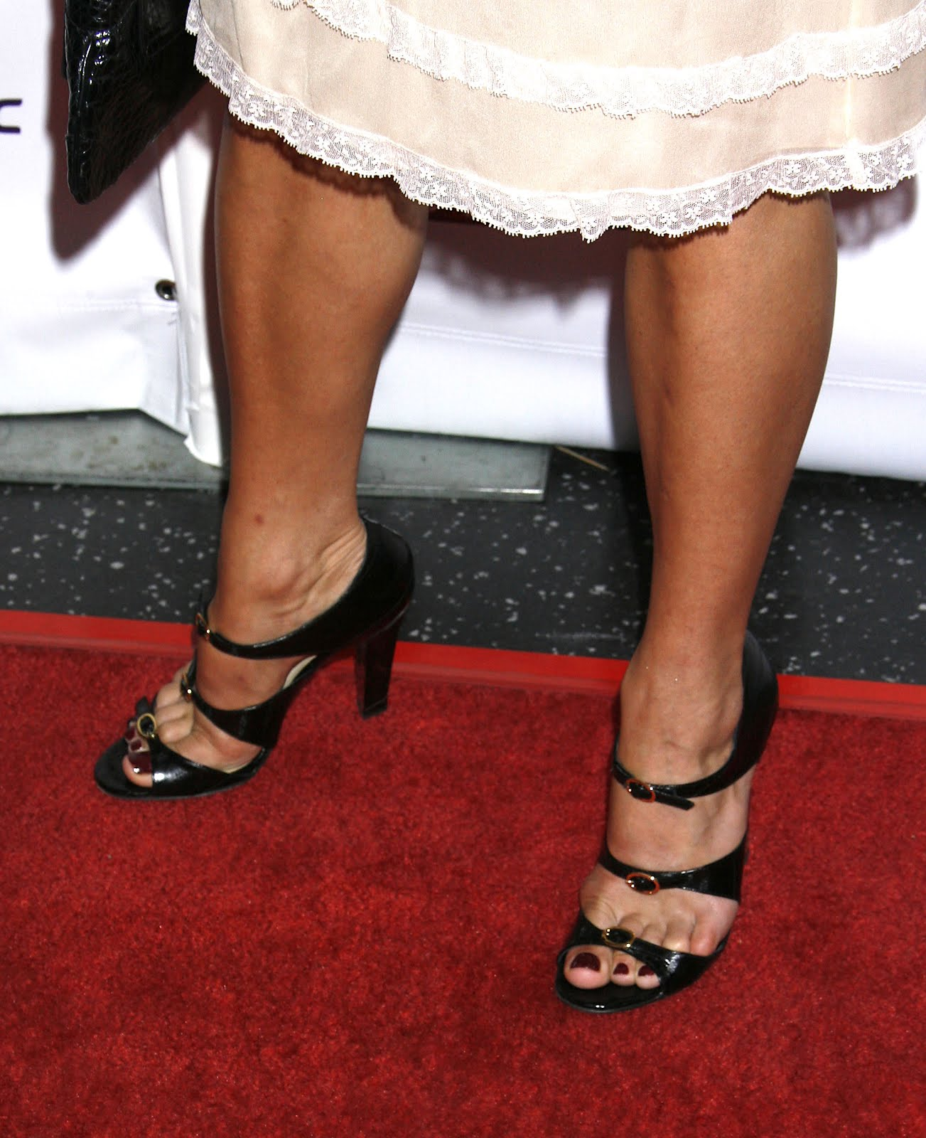 http://3.bp.blogspot.com/-kpx3ZJ2SElk/UFRMHkRWqCI/AAAAAAAAAjc/5QugbZpmiqw/s1600/Neve_Campbell_Feet_01.jpg