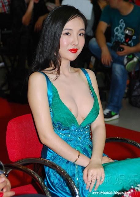 Seperti Artis ini contohnya, penampilan cantik dan gaun yang terlihat ...