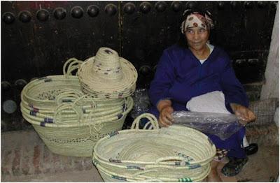 Mujer vendiendo cestas