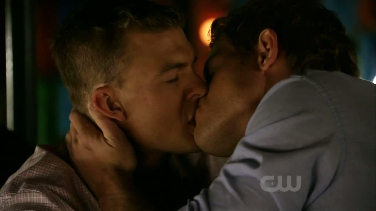 kiss gay Alan ritchson