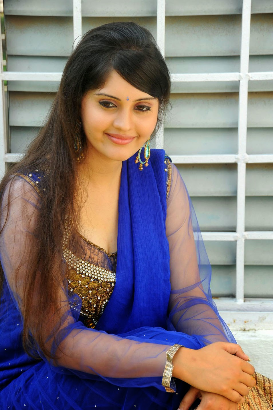 cute desi actress pictures: ivan veramathiri surabhi in blue