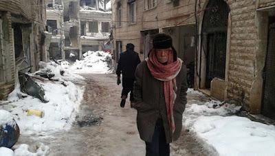 """""""مضايا"""" السورية الجائعه تستقبل شاحنات المساعدات"""