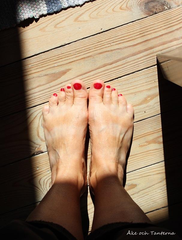 Sommarrandiga fötter