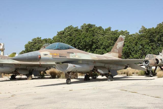 Uno de los F-16A de la Fuerza Aérea Israelí que se encuentra almacenados en los depósitos del Aeropuerto Ben Gurion, luego de ser retirados del servicio activo, al llegar al final de su vida operativa.