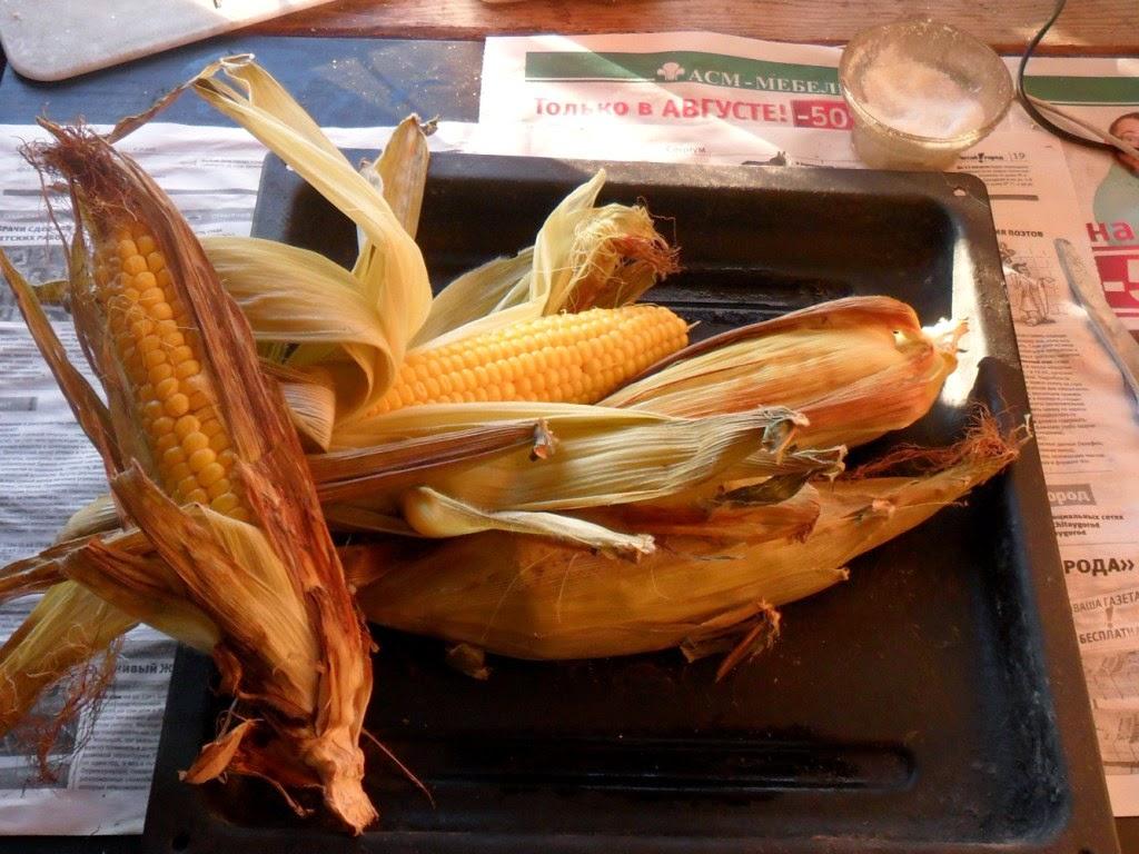 Кукуруза созрела, и свежесрезанная и запеченная в духовке прямо в листьях - деликатес!