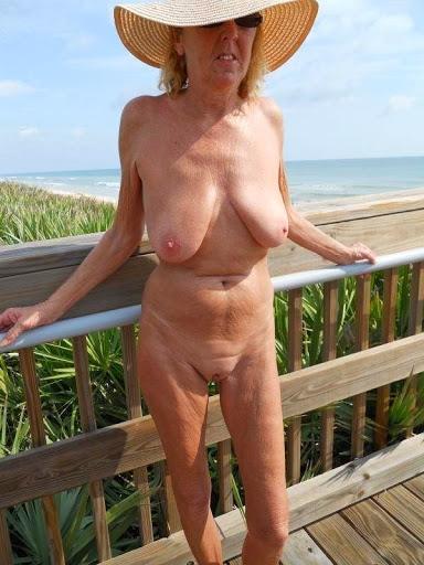Nackt Bilder : Blank rasierte Oma mit leerem Busen   nackter arsch.com