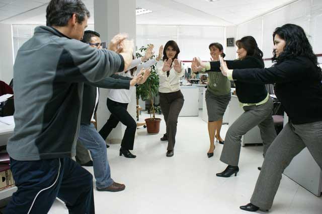 10 bellesalud ejercicios para la oficina rutina de for Ejercicios en la oficina