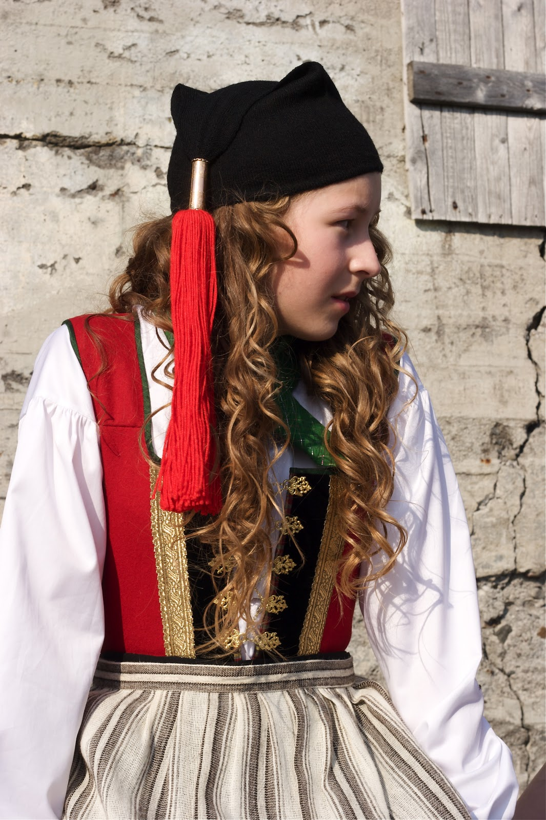 Twelfth century European fashion was simple and differed only in details from the clothing of the preceding centuries. Men wore knee-length tunics for most activities, and men of the upper classes wore long tunics, with hose and mantle or cloaks. Women wore long tunics or gowns.