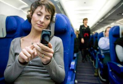 """Archivo Ahora si, conectados a toda hora y en todos lados. También en el aire. Literalmente. El gigante de los cielos Boeing mejoró la conectividad de parte de su flota de aviones comerciales y ya no habrá que apagar los celulares en vuelos. Los usuarios de las aeronaves de la compañía podrán utilizar con normalidad sus teléfonos móviles o conectarse a una red Wi-Fi para navegar por Internet sin que eso suponga ningún problema. clarin.com Aquello de """"les recordamos que durante el vuelo está prohibido el uso de teléfonos móviles"""" tiene las horas contadas. La compañía Boeing ofrece a las"""