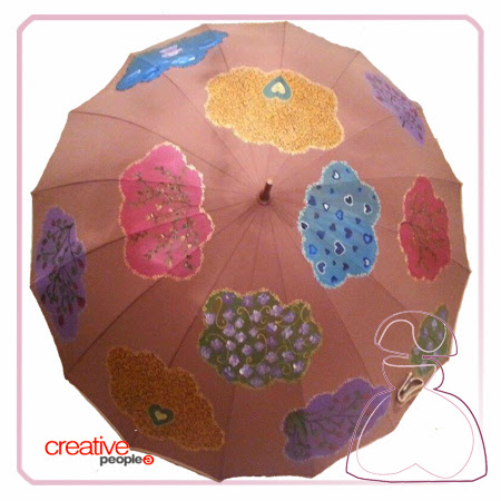Paraguas pintado a mano por Sylvia Lopez Morant, modelo Nubes.