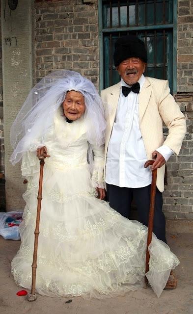عجائب الدنيا وهل تعلم - الصورة الأولى لزوجين لم تتح لهم الفرصة لالتقاط الصور أثناء زواجهم قبل 88 سنة.