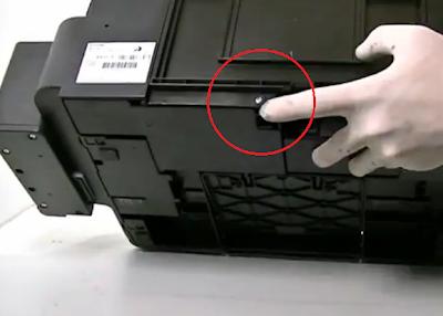 quite el tornillo que se muestra con el dedo