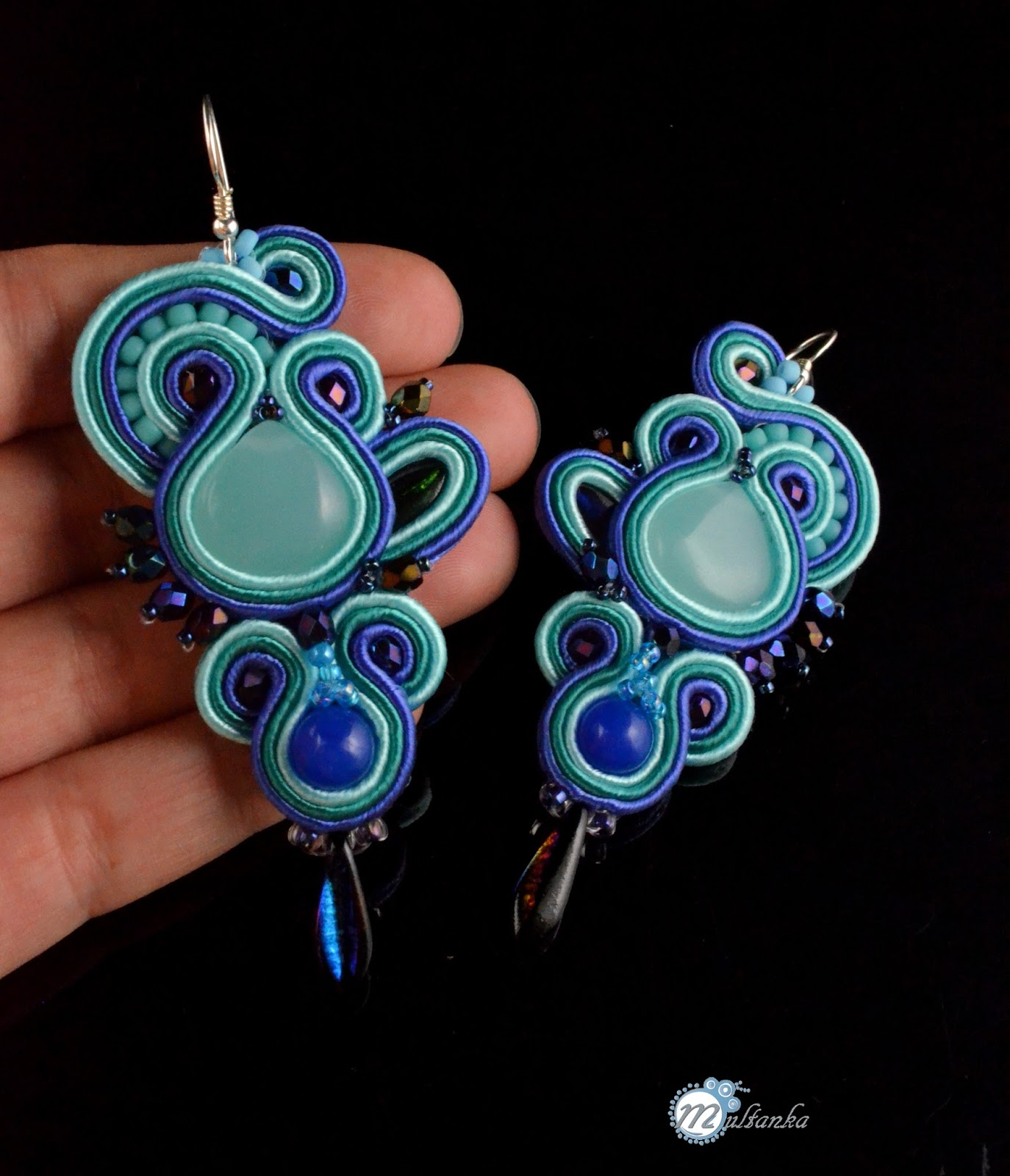 Smukłe sutaszowe kolczyki z kwarcem. wszystko w odcieniach lazuru i błękitu. Wykonanie - multanka