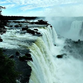 Queda d'água vista Mirante do Elevador Panorâmico - Parque Nacional de Iguaçu.