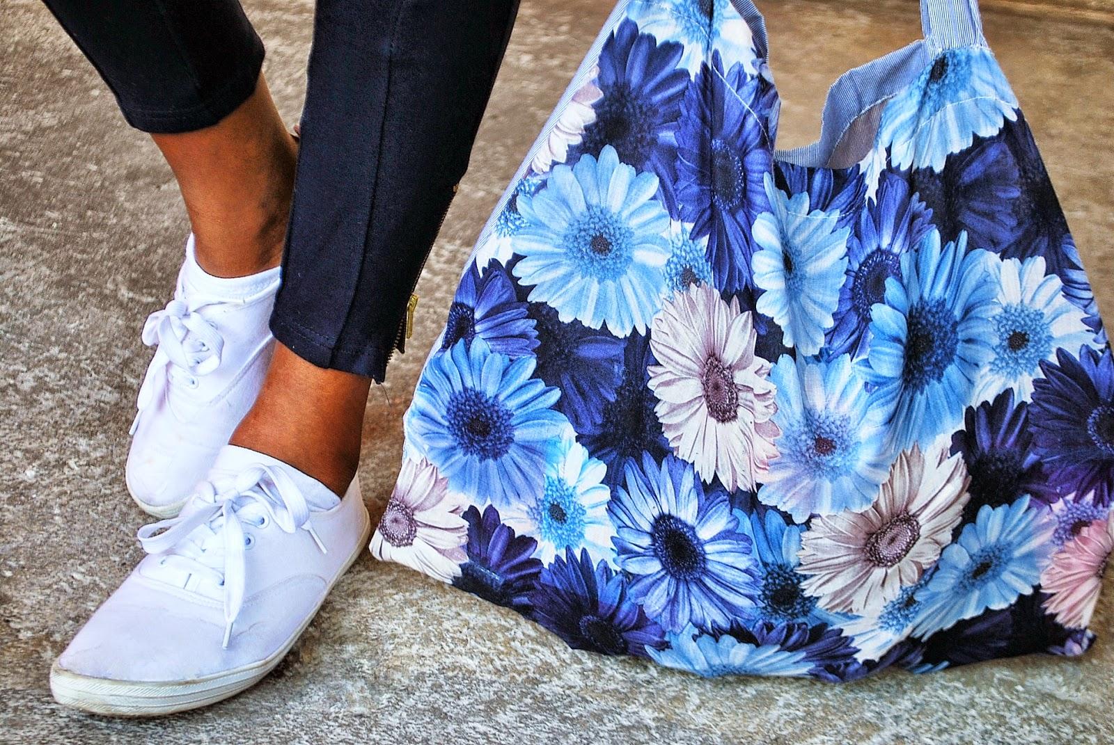 pantalon bleu, tote bag fleurs bleues, basket blanches