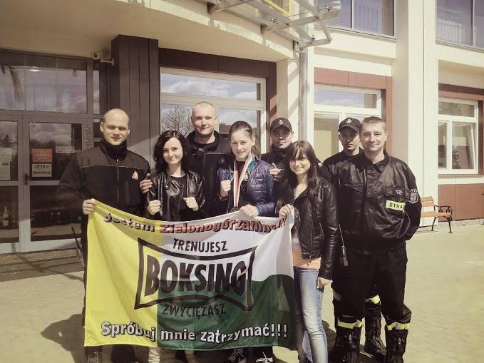 SKF Boksing Zielona Góra zyskuje sympatyków wszędzie! Pamiątkowe zdjęcie z zaprzyjaźnionymi Strażakami.