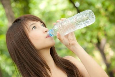 Revolusi Ilmiah - Minum air putih untuk menjaga kesehatan tubuh.