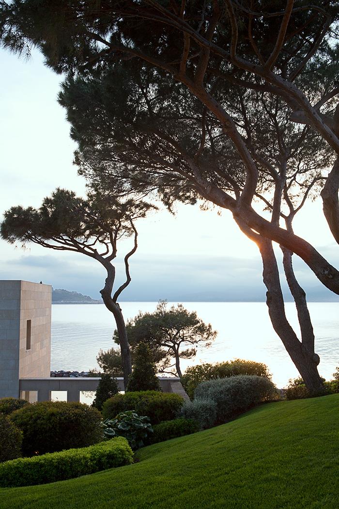 loveisspeed a villa in saint tropez asked on the rocks of cape st pierre the villa. Black Bedroom Furniture Sets. Home Design Ideas