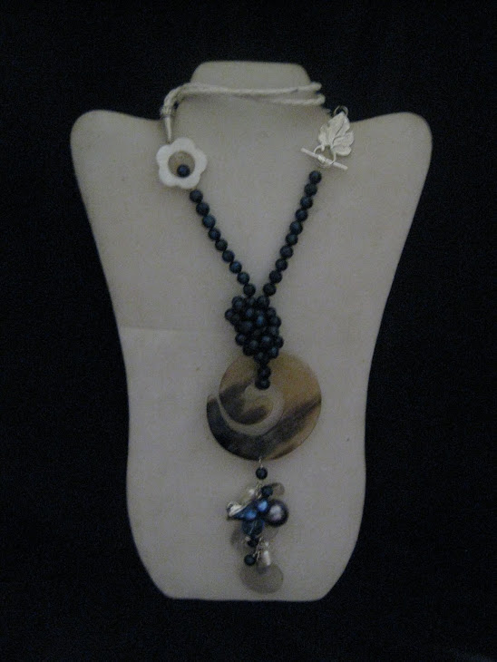 C02111Collar Perlas Azul y Cuerno