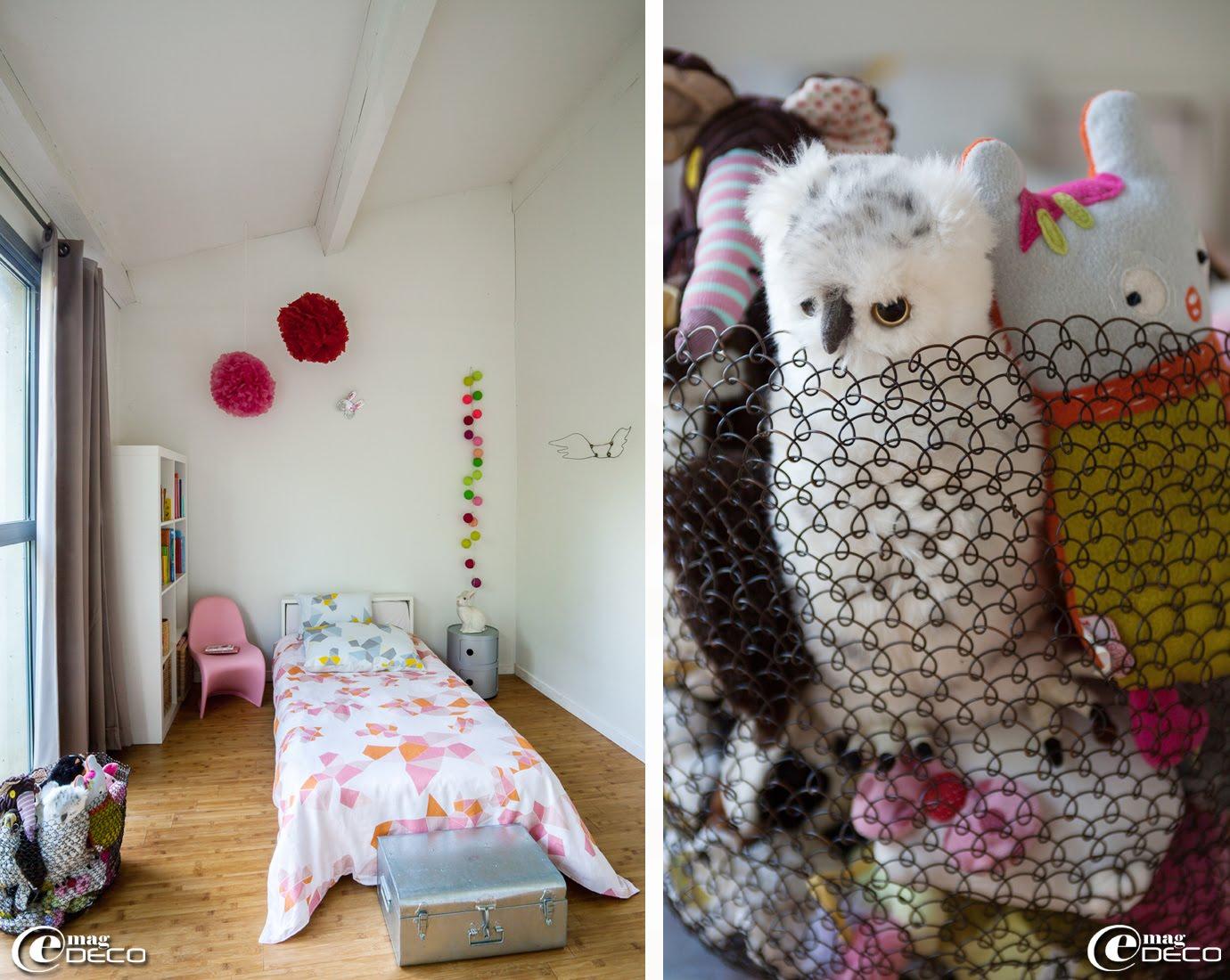 Chez Chloé Sanier, designer textile et créatrice de la marque Marcelise, une chambre avec des couleurs toniques et acidulées, peluches Les Déglingos, Pooki & Co