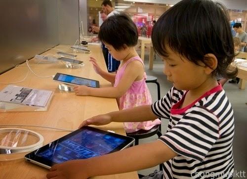 trẻ nhỏ háo hức khi tiếp xúc với máy tính bảng