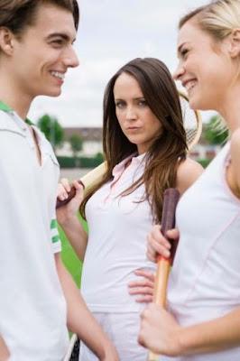 الغيرة بين الاصدقاء - امرأة تغار من صديقتها - jealousy between friends