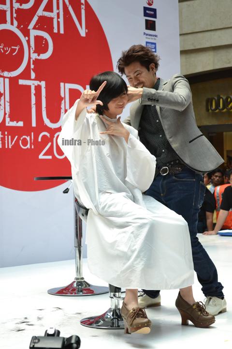 Ghaida JKT48 lagi hair styling tetep metal