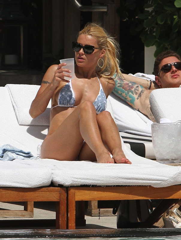 Michelle Hunziker checks out the peole at Miami Pool