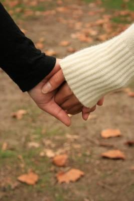 Real-Love-man-and-woman-holding-hands - ما هى علامات الوقوع فى الحب