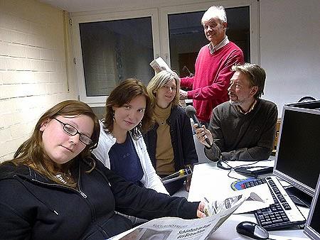 """Im Annener Computer-Studio fand das Seminar """"Vom Umgang mit der Tagespresse"""" statt. Marissa Czaja, Daniela Bech, Monika Richardt und Friedhelm Schumacher-Zöllner (von links) nahmen daran teil. Der Journalist Michael Winkler (hinten) gab dabei nützliche Tipps für die Praxis an die Gruppe weiter. (Foto: Marek Schirmer)"""