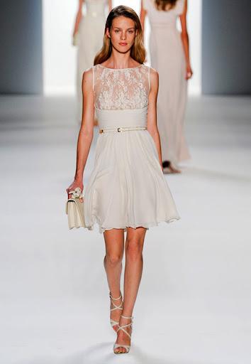 Ефирна къса рокля с дантела в горната част