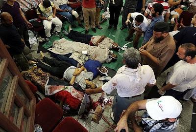 """Jurucakap rasmi Ikhwanul Muslimin Gehad El-Haddad berkata, kebanyakan mayat yang ditemui dengan kesan tembakan di kepala malah ada yang dijumpai dengan organ hancur dan badan terpisah.  """"Kami menjumpai orang yang ditembak di kepala. Kami juga mendapati peluru-peluru yang meletup apabila memasuk badan, menyebabkan organ hancur dan anggota badan terpisah.  """"Setiap polis dalam dunia ini perlu memahami bagaimana mahu menyuraikan himpunan. Ini adalah satu aktiviti jenayah yang mensasarkan kepada peserta himpunan. Tiada siapa menjangka perbuatan khianat itu datang dari polis dan pengawal Republik. Arahan untuk membunuh orang-orang Mesir yang datangnya dari tentera Mesir sendiri,"""" katanya dipetik Al-Jazeera.  Menurut beliau lagi, tentera dan polis memulakan tembakan kepada penunjuk perasaan yang berada di bangunan Pengawal Republik kira-kira jam 3.30 pagi. Sementara itu, maklumat terbaru menyebut sekurang-kurangnya 53 penyokong Morsi terbunuh termasuk 5 kanak-kanak dalam insiden itu manakala lebih 300 yang lain cedera.  Difahamkan insiden itu terjadi selepas polis dan tentera Mesir cuba menyuraikan peserta himpunan yang berkampung di sini sejak beberapa hari lalu itu dengan kekerasan menjelang waktu Subuh pagi tadi. Menurut saksi, polis melepaskan gas pemedih mata ketika rakaat kedua solat sebelum qunut dibacakan.  Sejurus selepas itu, mereka kemudian dihujani peluru hidup yang bertalu-talu ditembak ke arah mereka. Kesemua jenazah yang terkorban kini dikumpulkan di pentas utama himpunan di Dataran Raba'ah. (Hrkh)"""