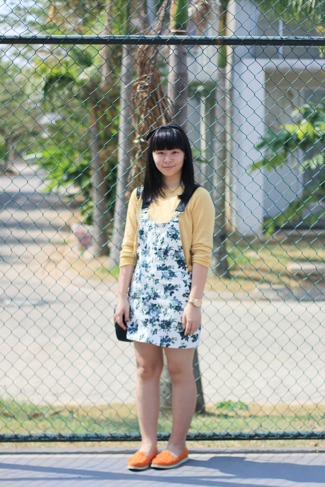 how-to-wear-floral-pinafore