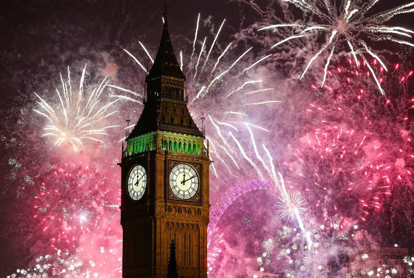 Pertunjukan kembang api menghiasi langit kota London