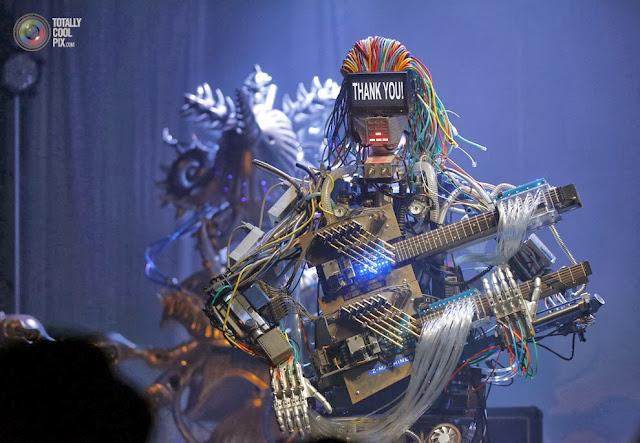Рок-группа роботов Z-Machines даёт свой дебютный живой концерт в Токио, Япония. (Toru Hanai/REUTERS)