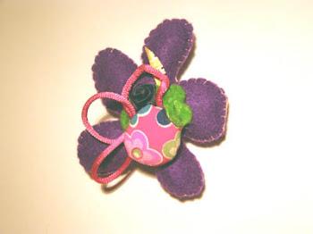 broche flor morada