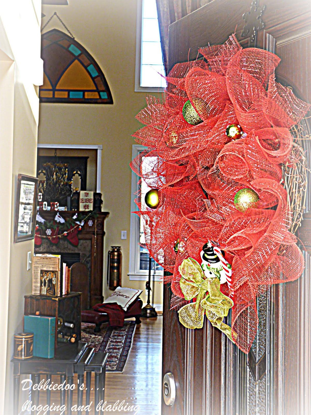 Debbiedoo 39 S Mesh Christmas Wreath On The Front Door Diy