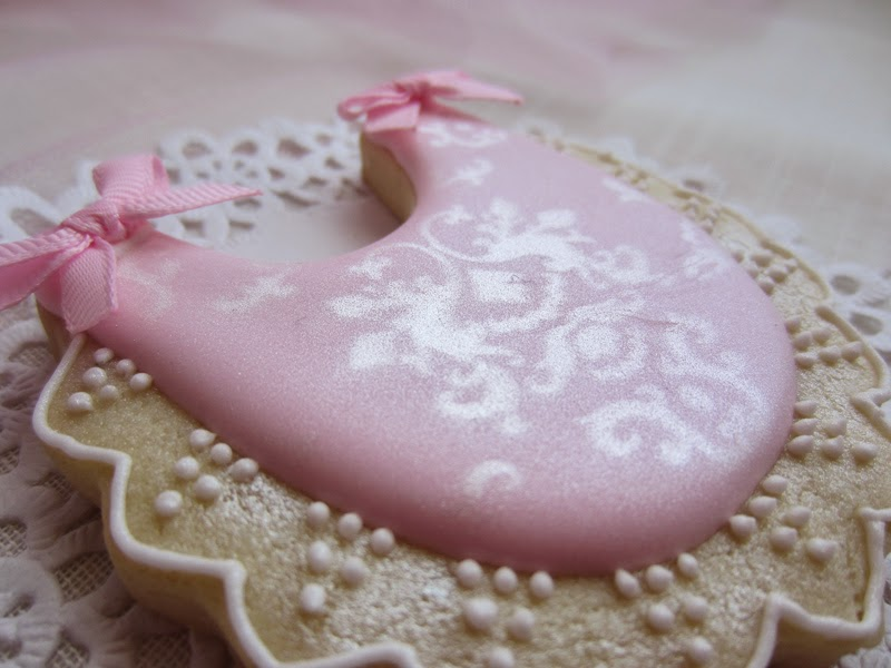 Galleta bebe, bautizo color rosa, decorada con glasa y plantillas
