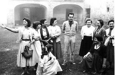 Falgars 1956 - Vila-Sala rodeado de chicas