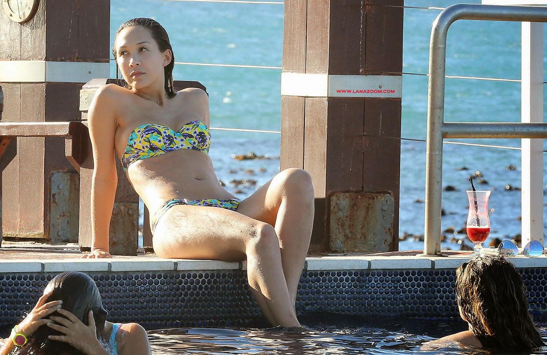 صور ميلاني كلاس بالبكيني في حمام السباحة