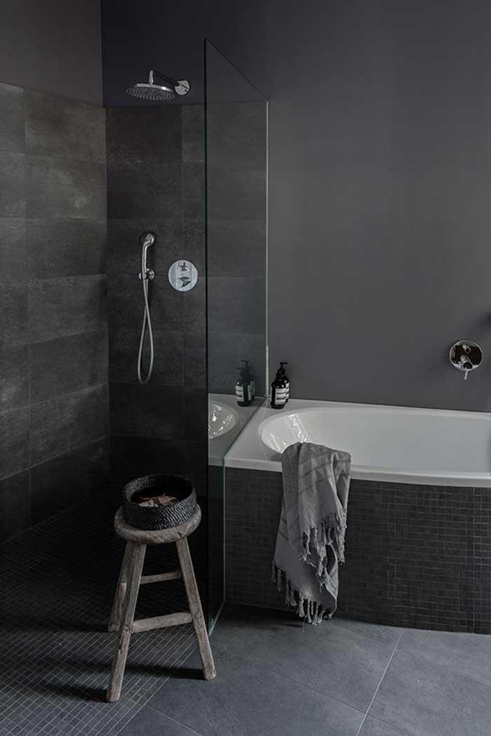 Baño baldosa gris oscuro