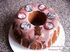 Karácsonyi narancsos kuglóf, kevert tésztás, tejtermék mentes sütemény, vörös áfonyás tésztával, cukormázzal és csokoládé díszekkel a tetején.