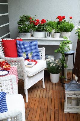 balkon meble wiklinowe piękny balkon drewniana podłoga na balkonie dodatki na balkon
