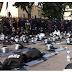 Τα ΜΑΤ έβγαλαν τα κράνη τους για συμπαράσταση στους διαδηλωτές!