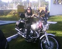 Motociclista, cabeleireira e artesã com o coração.
