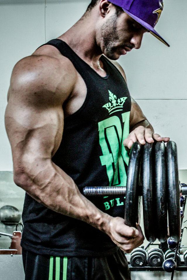 Em ensaio, Massimiliano Muntoni mostra que pega pesado na musculação. Foto: Flávio Barbosa