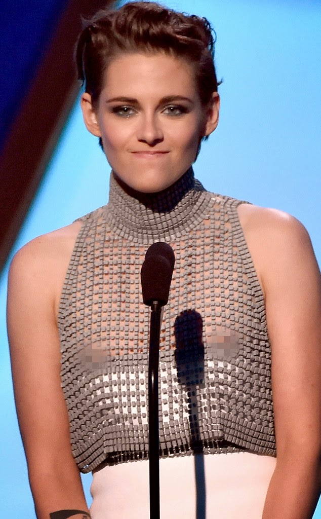 Kristen Stewart traída pelo vestido mostra demais (video)