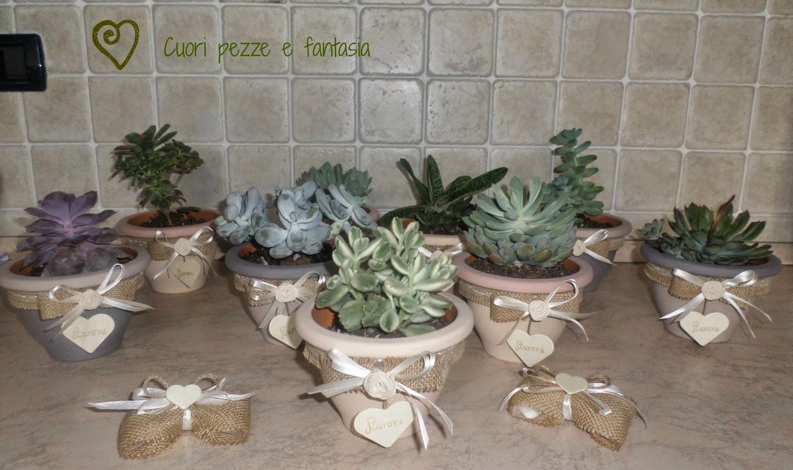 Vasi in terracotta dipinti in varie tonalità e piantina grassa