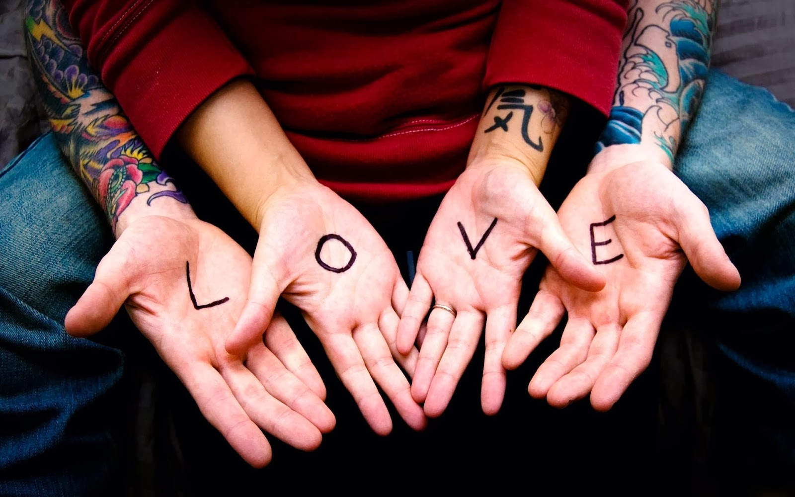 يد مكتوب عليها Love