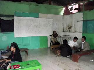 ruang belajar mengajar yang kurang begitu layak namun semangat mereka